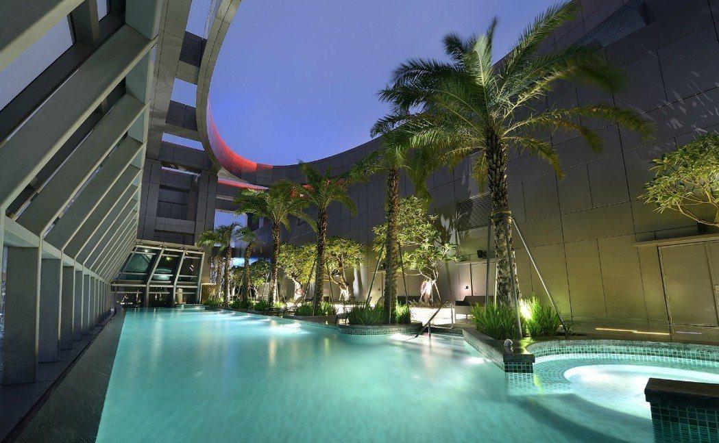 新北希爾頓酒店作為新北市首家五星連鎖酒店,除頂樓天燈造型引人關注外,其泳池也是住...