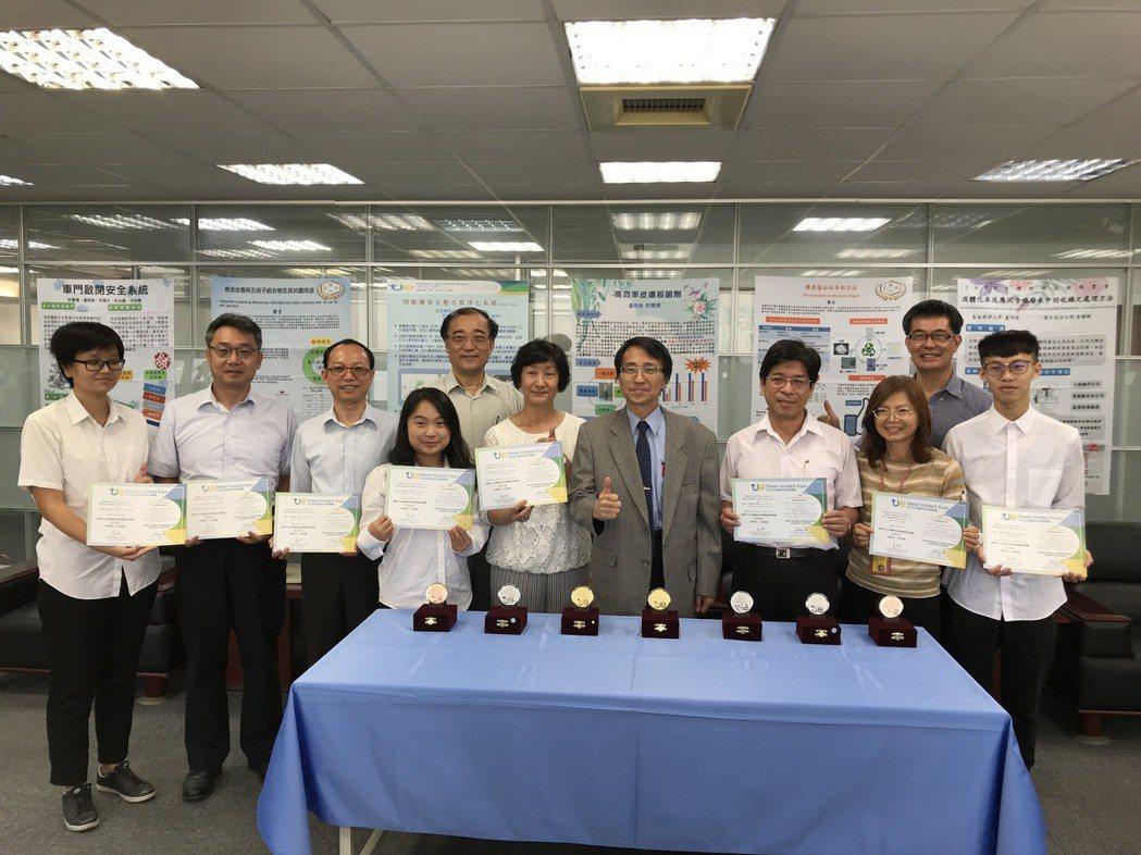 嘉南藥理大學校長陳鴻助與得獎師生代表合影。 黃逢森/攝影