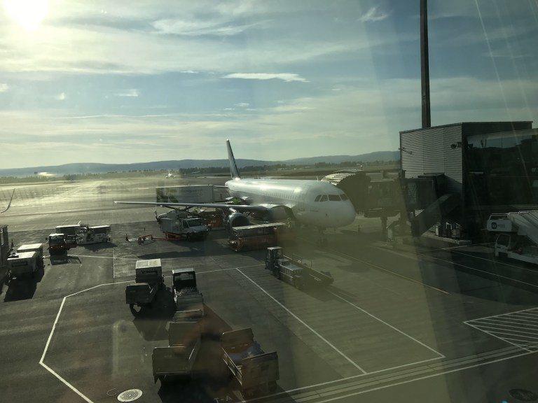 看到停靠在旁的班機其實有點驚訝,因為長得一點都不像是葡萄牙航空的圖示。後來才知道...