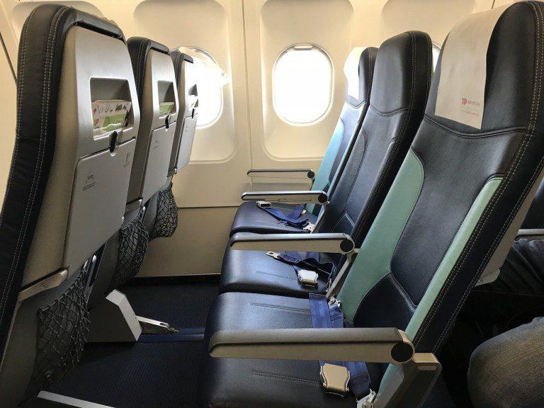 歐陸間航線的商務艙,其實在座椅方面,就是經濟艙的設置,只是不賣中間空位,所以兩側...