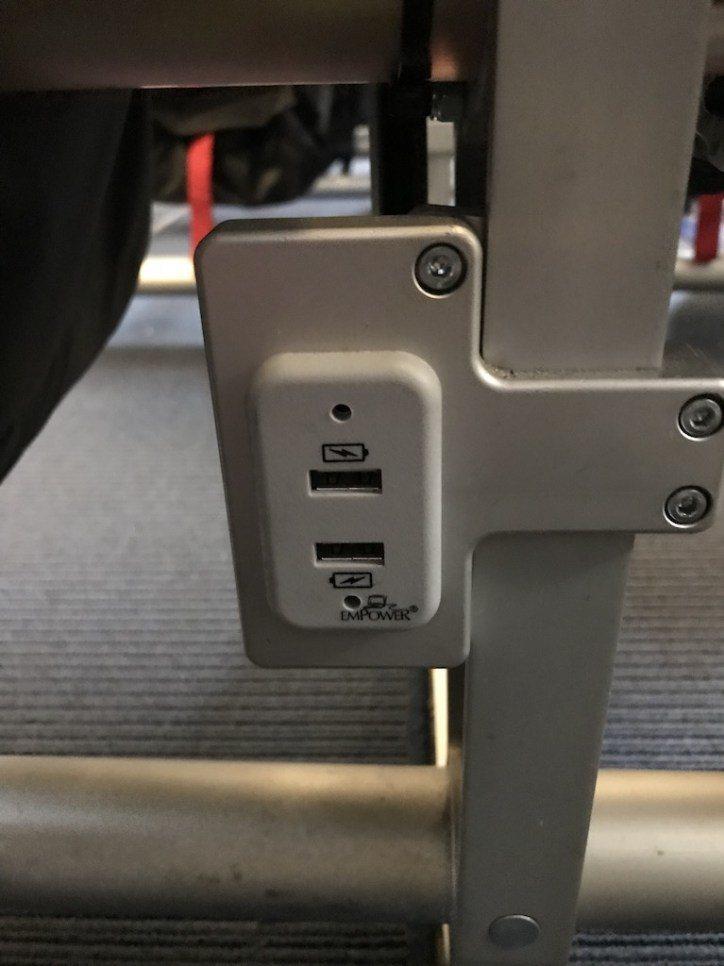 座位還被配置有插座(不過我這一側的插座,一路上完全是沒電的狀態) 圖文來自於:T...