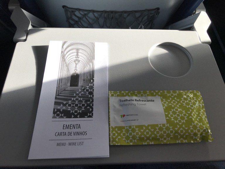到達巡航高度後,就開始發送濕手巾跟菜單 圖文來自於:TripPlus
