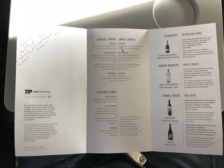 菜單雖然就是單色印刷的紙本,有雙面。餐點部分就是三道式,主菜有牛肉跟魚可以選擇。...