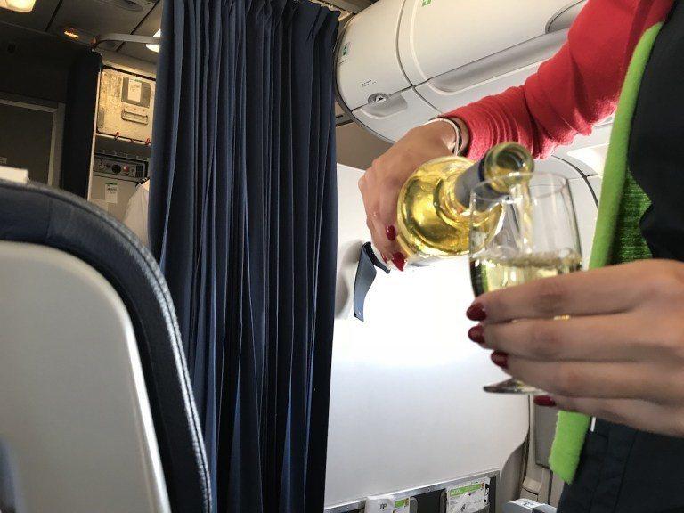整趟旅程最妙的是酒類服務。通常都是推飲料車一起給,但是葡萄牙航空空服員,是把商務...