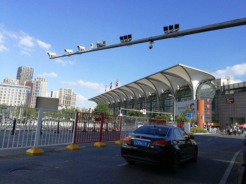 上海火車站滿布監視攝影機。