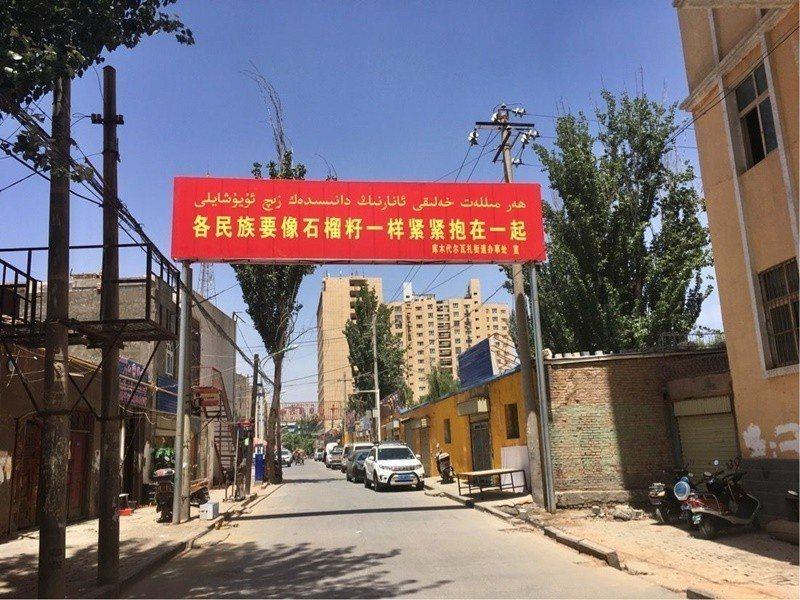促進民族團結的標語,在新疆隨處可見。