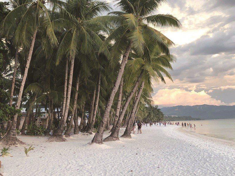 封島後,長灘島的白沙灘上只剩下稀疏的在地人。圖/長灘島林姓台商提供