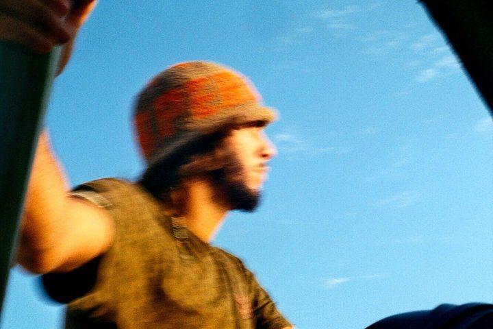 打扮率性的男生,站在車外,拉著沙漠越野車的欄杆。 圖/背包客棧