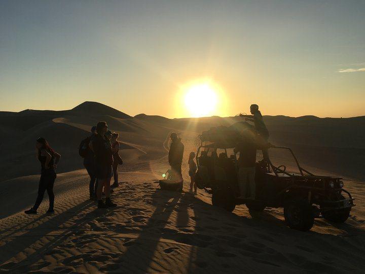 準備飛行傘裝備時,太陽正逐漸落下。 圖/背包客棧