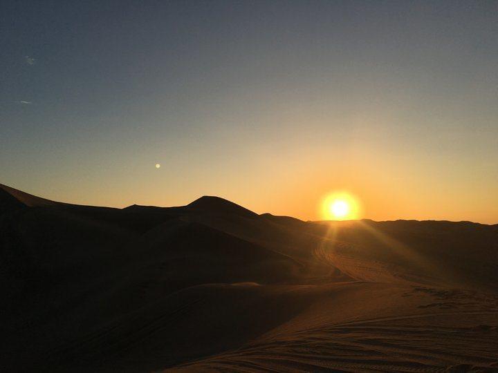 沙漠夕陽(1)。 圖/背包客棧