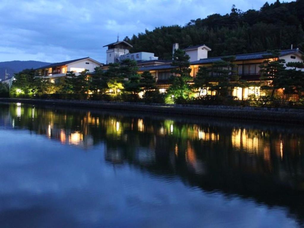 文珠莊位於天橋立運河畔,擁有絕佳視野。