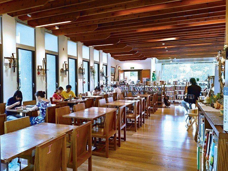 靜謐的書店空間,讓造訪人們沉浸在閱讀的世界。 【圖・陳詠俞】