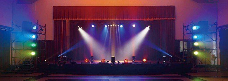 舞臺燈光打出絢麗的光芒 【圖・許至緯】