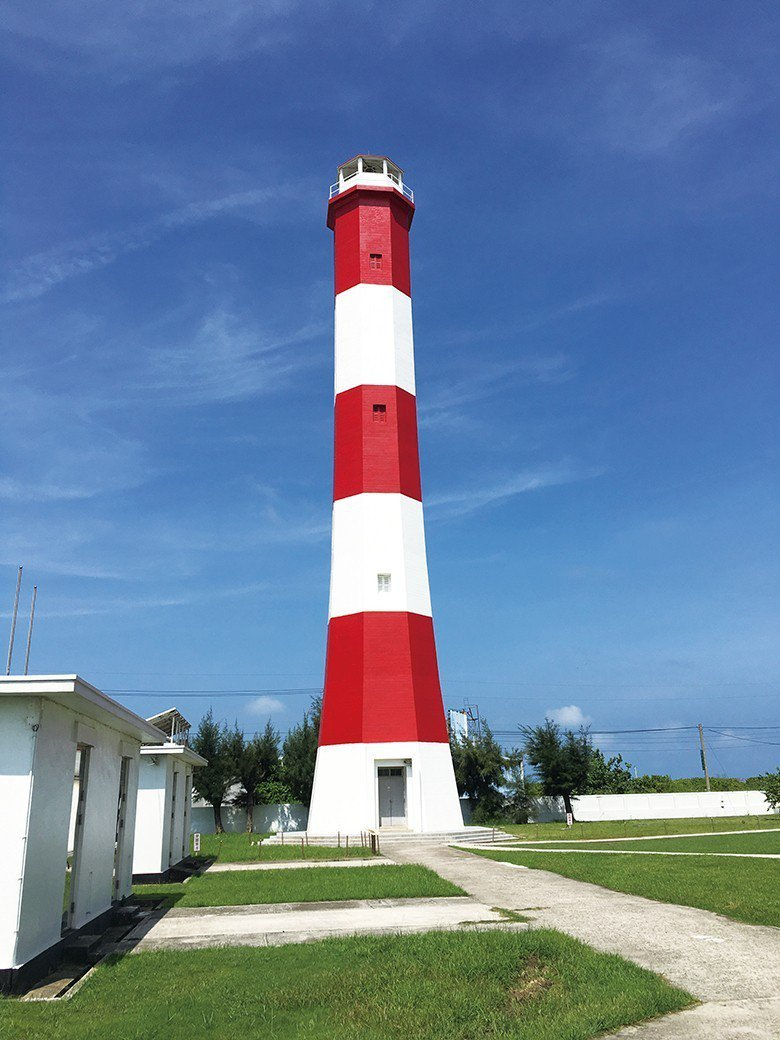 高美燈塔是高美濕地地標,也是全國唯一紅白相間的燈塔 【圖・文化資產處】