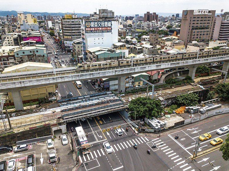 臺中火車路空:興建於日本時代的火車鐵橋,使火車與地面道路立體交叉;現因鐵路高架停...