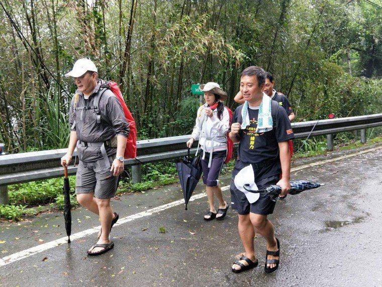 王中平(右一)5天徒步走完107公里,51歲的他毅力驚人。圖/王中平提供