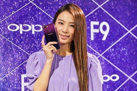 S.H.E 9月約滿後3人離開華研,各自成立公司,Ella以自己和兒子「勁寶」取名「勁樺娛樂」,Hebe成立「樂來樂好」,Selina則是「任真美好」。Hebe 2日在馬來西亞出席手機代言活動,這也...