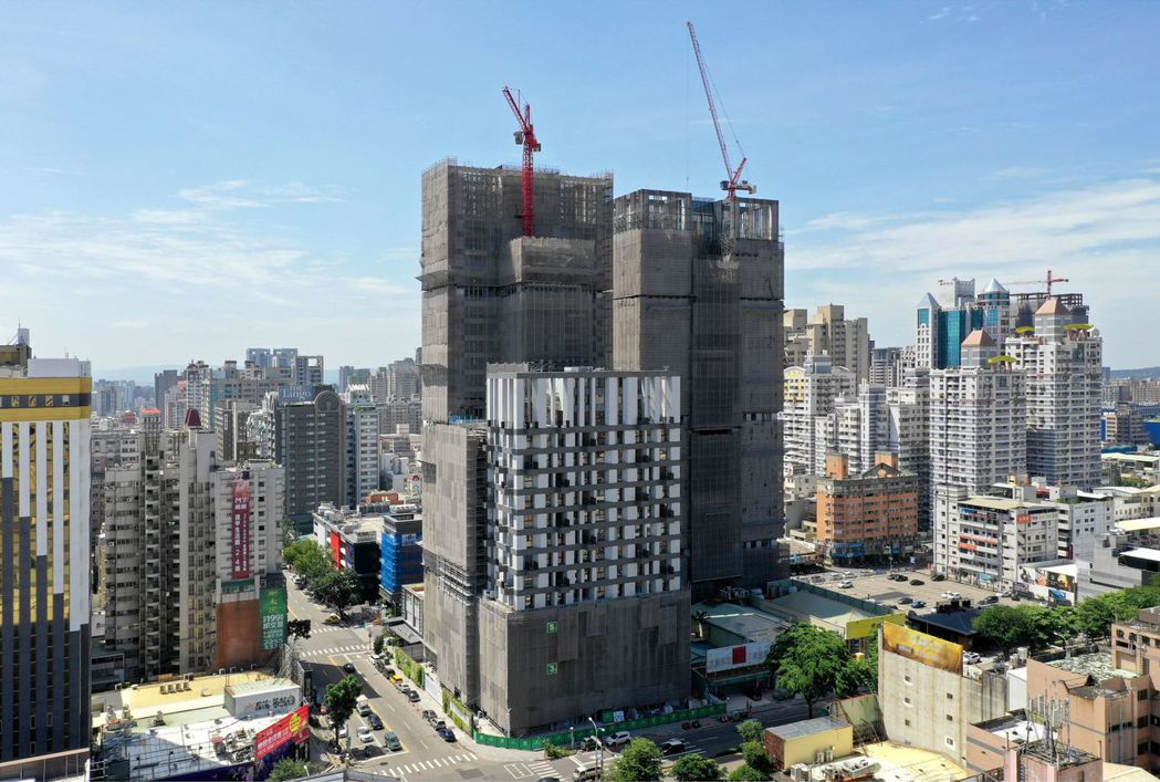 由新加坡WOHA建築團隊設計的台中5期「磐鈺雲華」大樓拆架中,預計明年初完工落成...