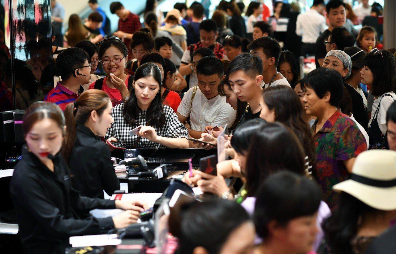 目前正值大陸十一長假期間,位於韓國明洞的免稅商店瞄準大陸遊客,樂天免稅店今年銷售...