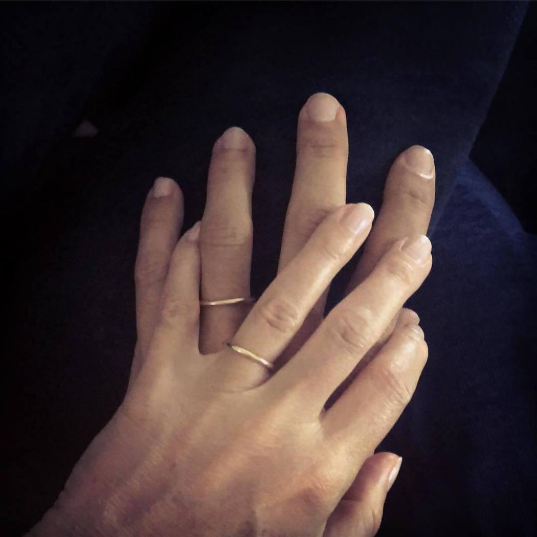 葛妮絲派楚與布萊德佛契克展示婚戒,許下一生承諾。圖/摘自Instagram