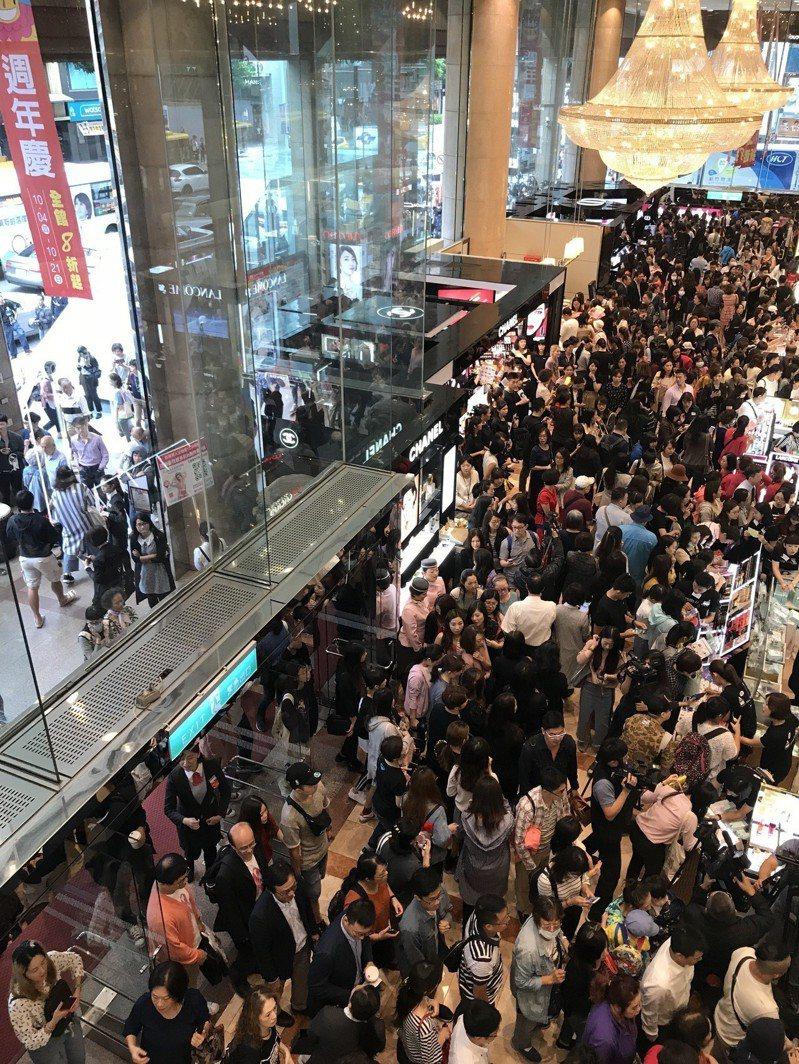 新光三越台北南西店周年慶首日開店後,一樓樓面滿滿都是消費者。記者江佩君/攝影