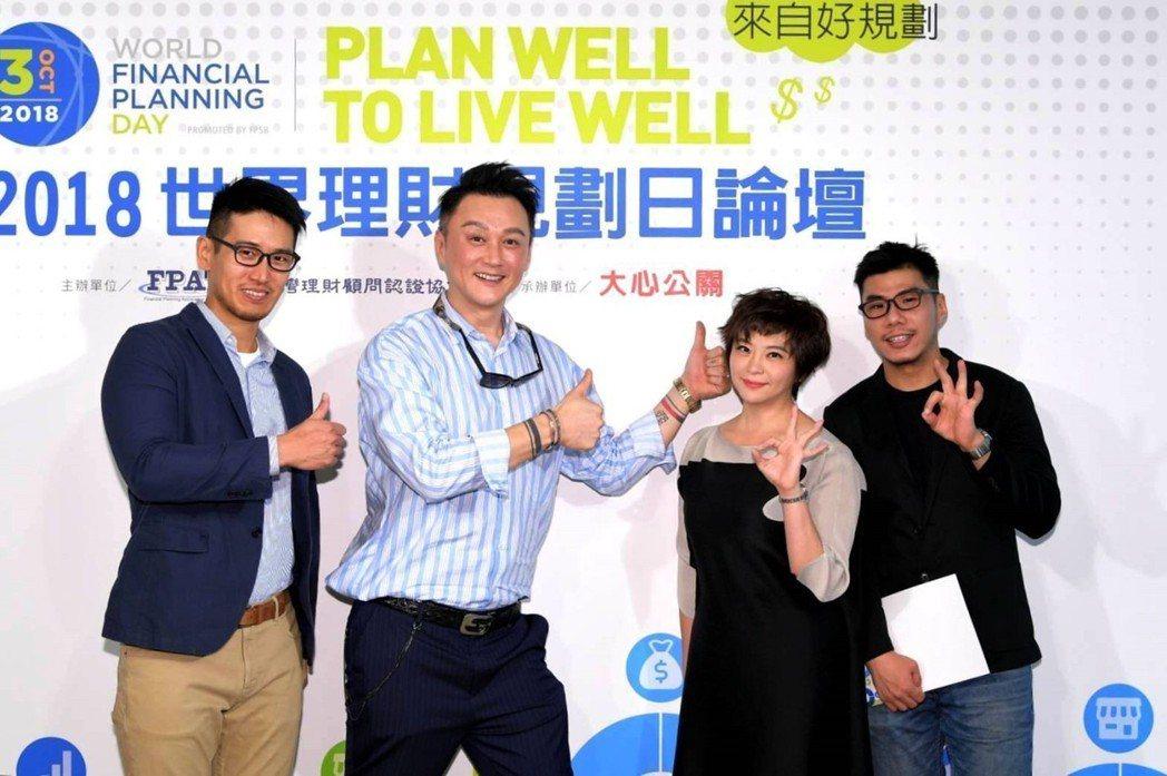 何篤霖(左二)和張珮珊談投資房地產心得。圖/大心公關提供