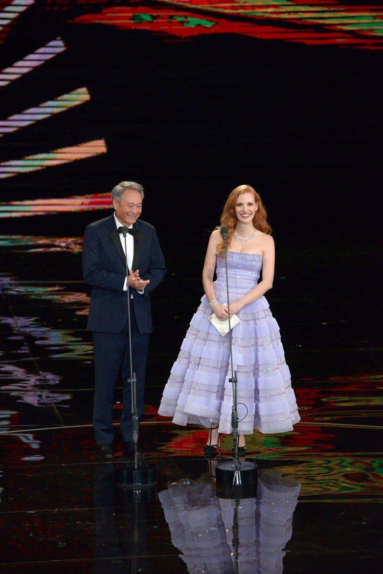 伯爵全球代言人潔西卡雀斯坦與李安去年出席金馬盛會共同頒發獎項。圖/伯爵提供