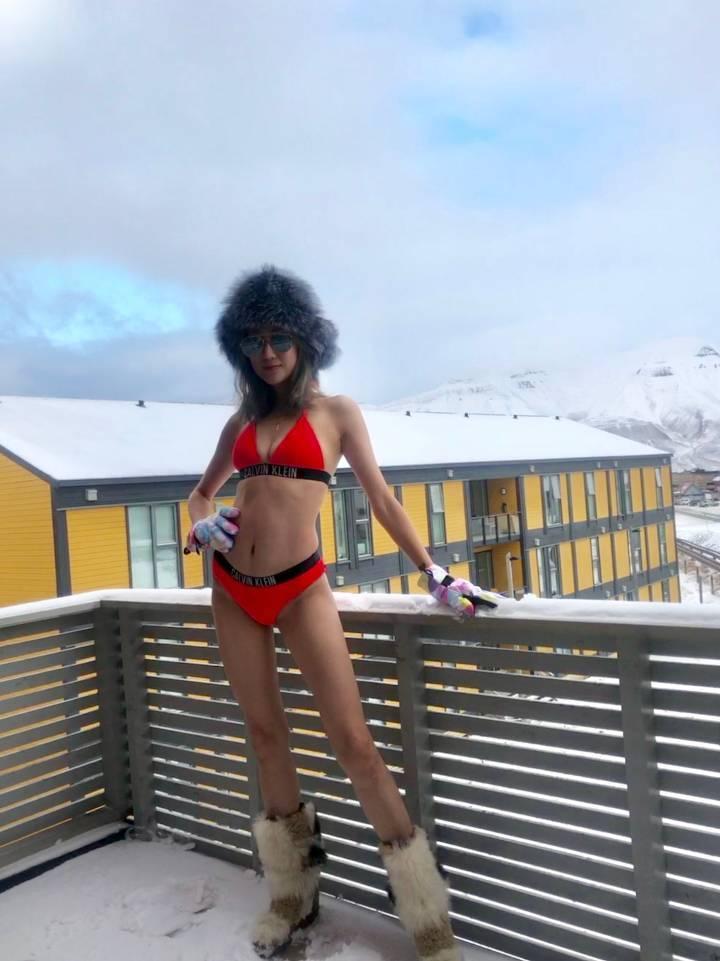 蔣麗莎在零下10度低溫穿比基尼拍美照。圖/摘自微博