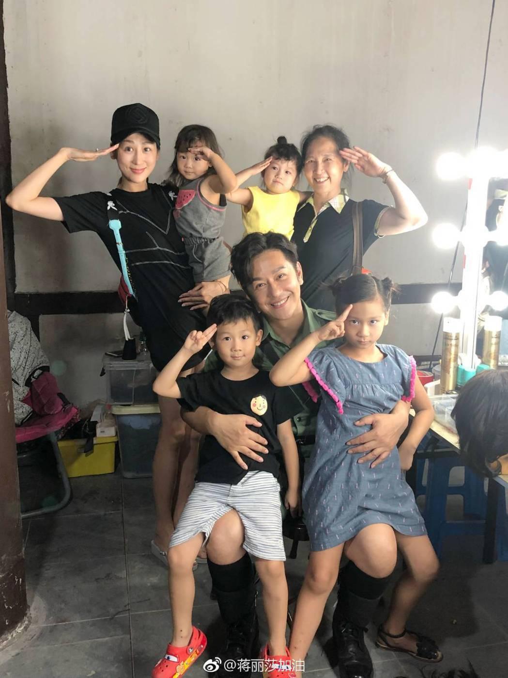 蔣麗莎常帶4個孩子去探班陳浩民拍戲。圖/摘自微博