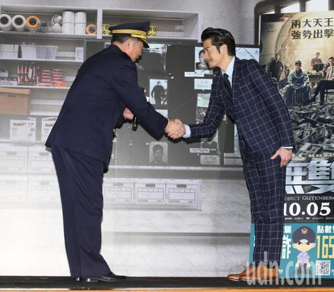 電影「無雙」是以偽鈔集團為題材的犯罪電影,男主角郭富城到台灣宣傳,下午與新北市警局合作共同宣導反詐騙。從霹靂小組到鑑識人員,行動劇擬真程度超高。但怕大家誤以為是演員演出,主持人黃子佼特別告訴大家出席...