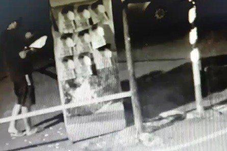 監視器拍到有男子今天凌晨在桃園市桃園區宏昌五街、泰昌七街一帶張貼一張張A4大小的...