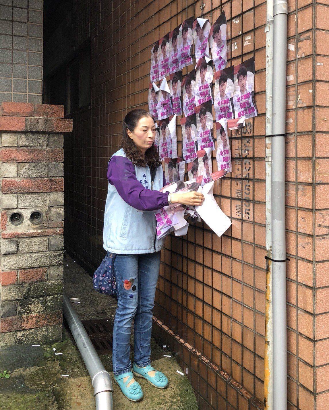 桃園市桃園區宏昌五街、泰昌七街一帶今天被發現貼滿一張張A4大小的討債廣告,社區牆...