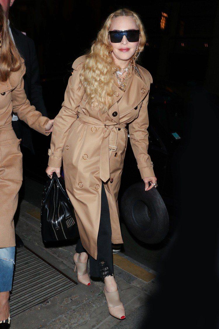 瑪丹娜這套蜜金色大衣、手袋、鞋履都是BURBERRY 2019春夏款,她穿出極佳...