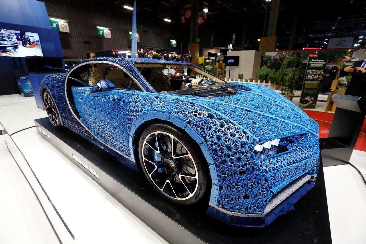 正參加巴黎汽車展的樂高版布加迪凱龍,一共使用超過1百萬個樂高科技系列積木。路透
