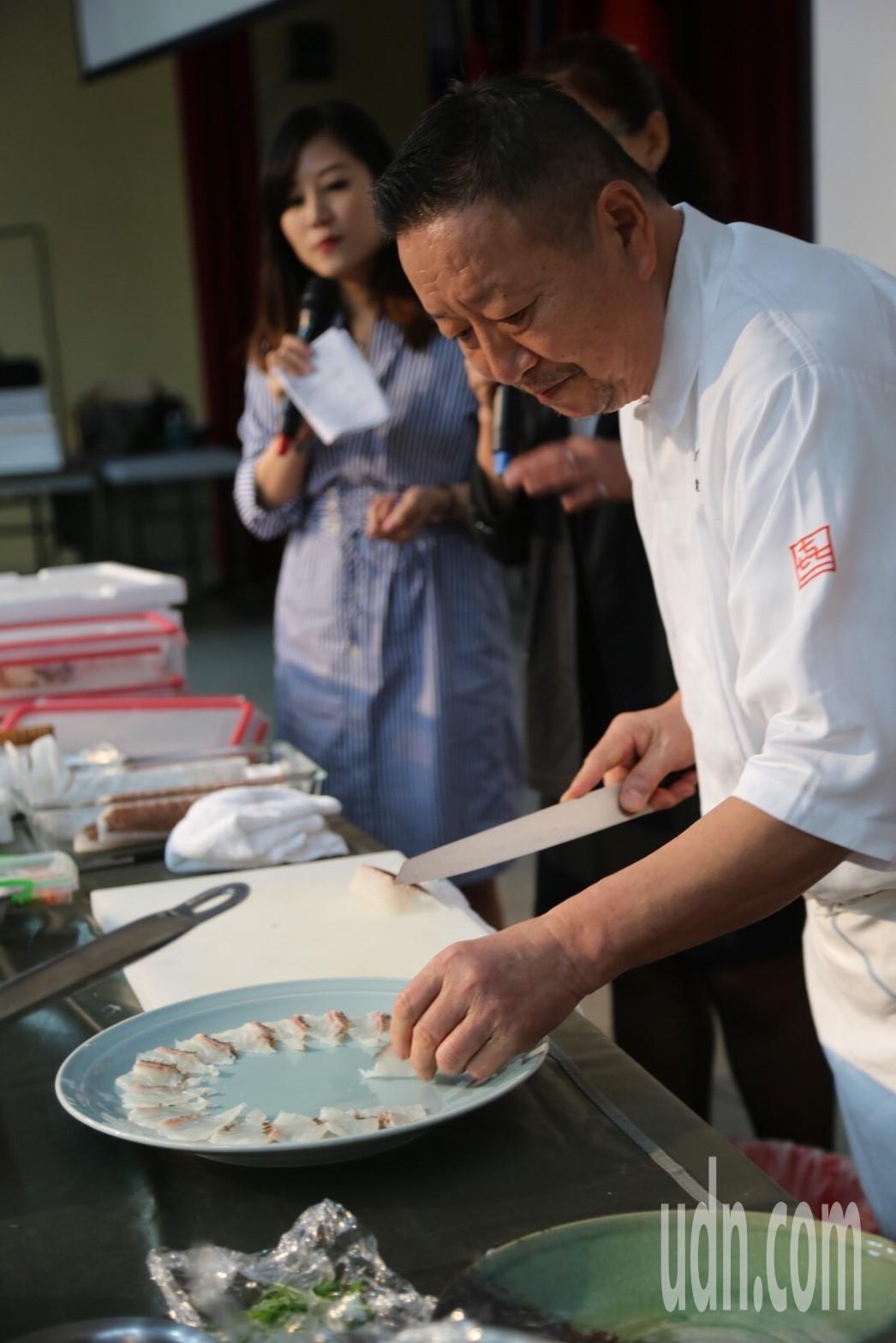 千葉憲二運用新鮮鯛魚變化出生魚片、熬湯、拉麵三種料理。記者鄭國樑/攝影