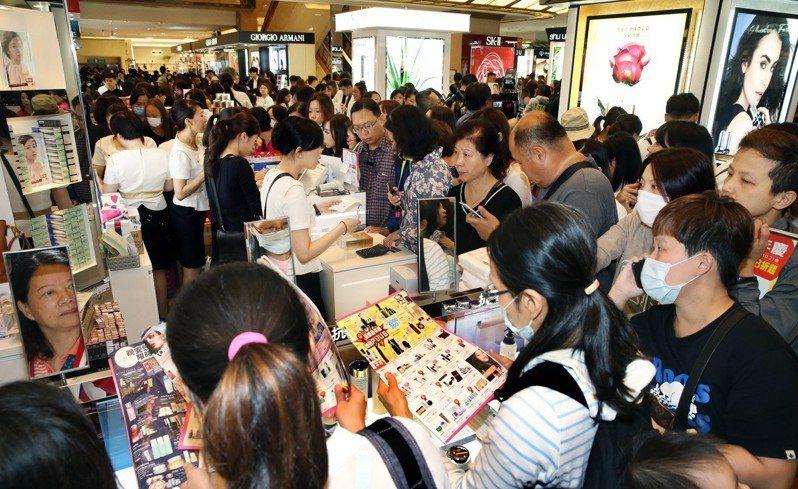 新光三越台北南西店一樓化妝品櫃前擠滿消費人潮。記者林俊良/攝影