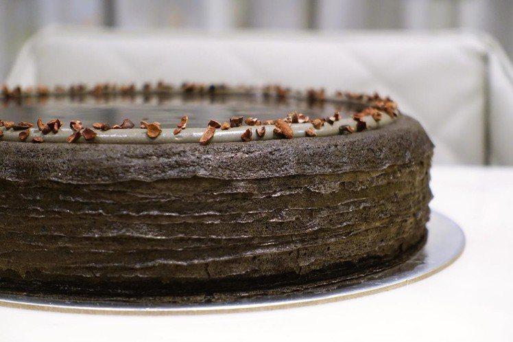 竹炭咖啡千層蛋糕,單片280元,九吋2,800元。圖/記者沈佩臻攝影