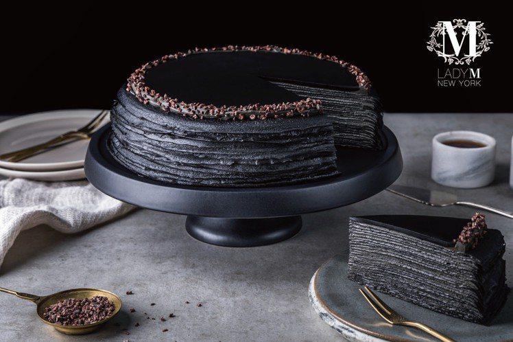 竹炭咖啡千層蛋糕,天然竹炭粉將薄透蛋皮染成神秘深黑,很吸睛。圖/LadyM提供