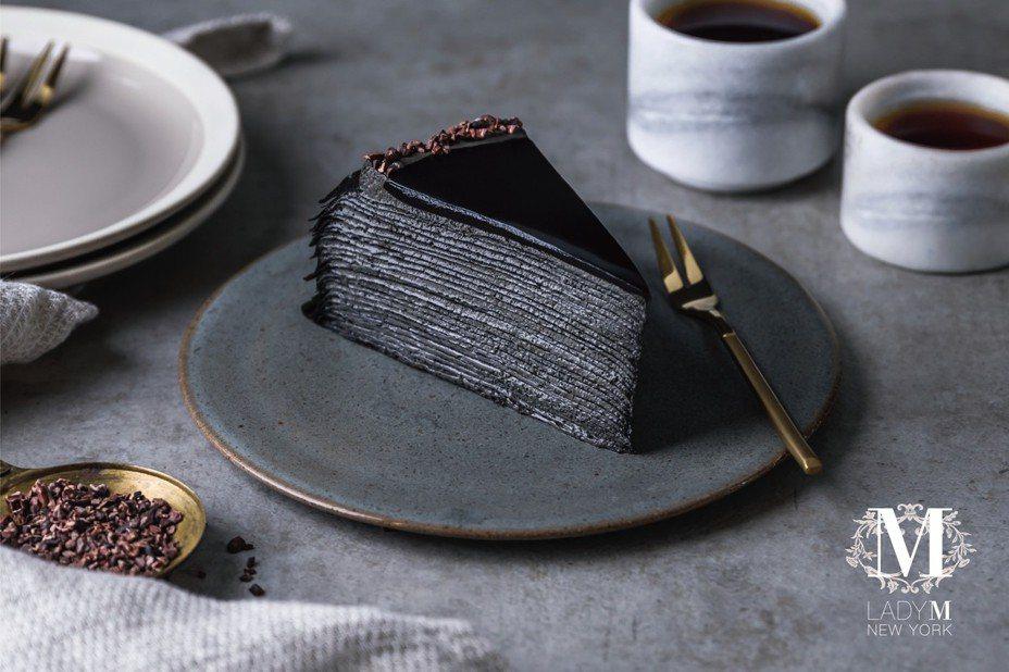 竹炭咖啡千層蛋糕,切開蛋糕側邊黑到發亮。圖/LadyM提供