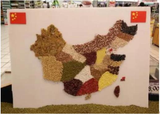 用五穀雜糧拼出兩岸地圖。取自經銷商頭條