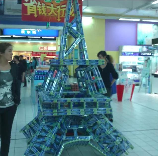 休閒零食堆出的巴黎鐵塔。取自經銷商頭條