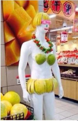 用盛產當令的柚子打扮柚子美人促銷。取自經銷商頭條