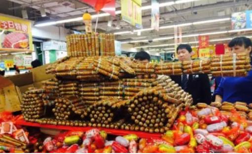 超市大媽創意花樣百出,派出罐頭變形金剛、泡麵戰士,和香腸坦克,吸引闔家大小的眼光...