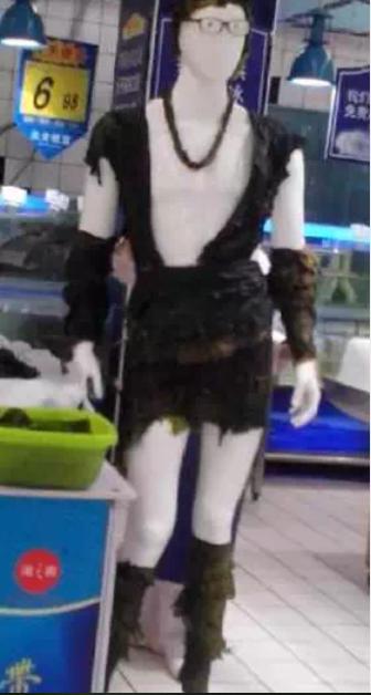 海鮮區有穿海帶裝的模特站台促銷。取自經銷商頭條