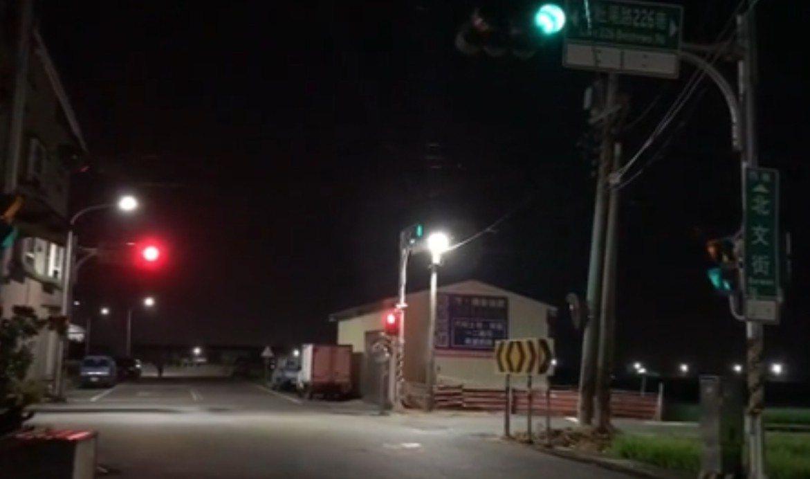 嘉義市北文街和北社尾路226巷,明明同向的號誌燈應該是一致的,但卻出現一邊是紅燈...