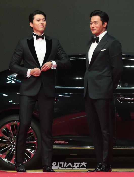 玄彬(左)、張東健一起走上釜山影展星光大道,影迷瘋狂。圖/摘自일간스포츠
