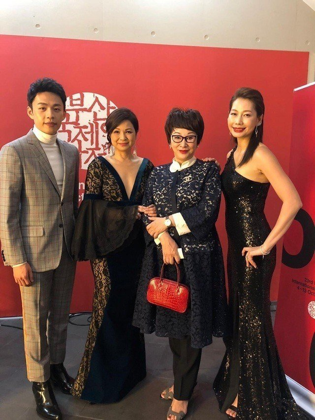 李鴻其(左起)、楊貴媚、徐楓、丁寧在釜山影展開幕活動上相會。圖/摘自FB