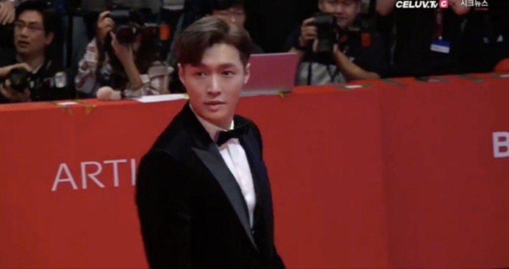 EXO張藝興為新片「一出好戲」前往釜山。圖/翻攝自Celuv.tv