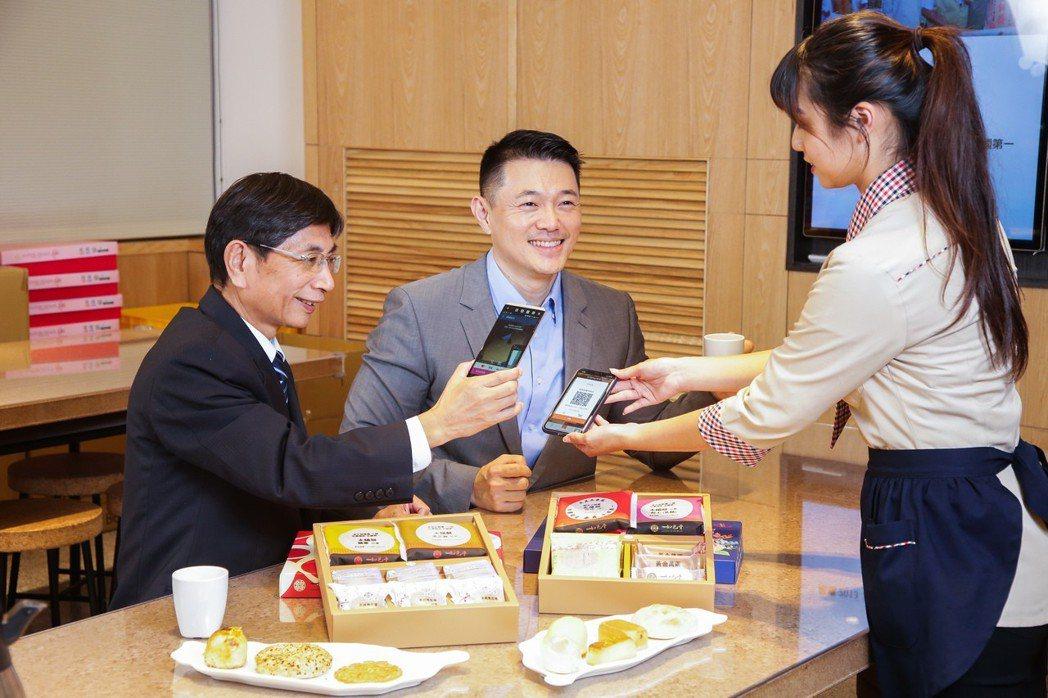 合作金庫銀行攜手Visa今天完成台灣第一筆的共通QR Code掃碼支付交易。圖/...