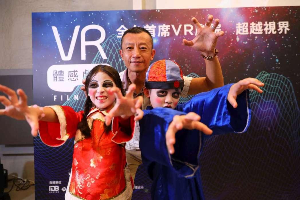 楊雅喆由「金童玉女」導引走上記者會舞台。圖/高雄電影節提供